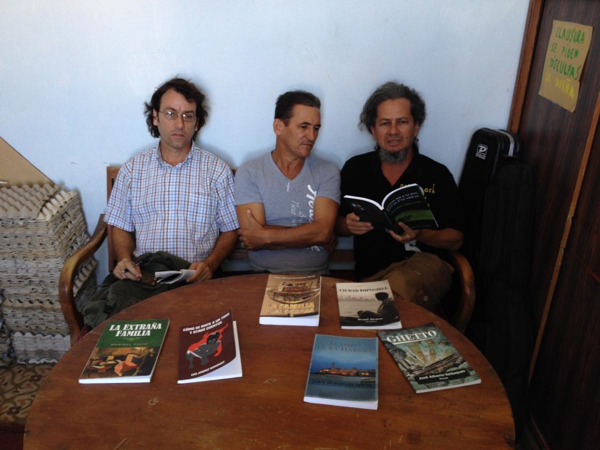 Peña literaria independiente en Santa Clara, Cuba, con libros de Neo Club